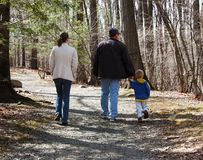 Família que anda em um trajeto rochoso Imagens de Stock