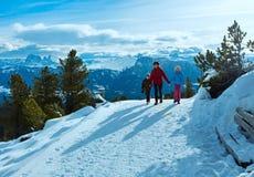 Família que anda na inclinação de montanha do inverno imagens de stock royalty free
