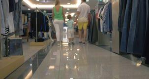Família que anda na loja de roupa filme