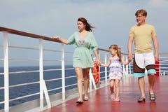 Família que anda na plataforma do forro do cruzeiro, corpo cheio imagens de stock