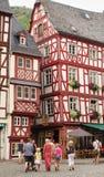 Família que anda na rua de pedrinha medieval da vila imagens de stock royalty free