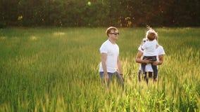 Família que anda no campo que leva o filho novo do bebê filme