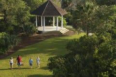 Família que anda no parque. Fotografia de Stock