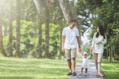 Família que anda no parque junto imagens de stock