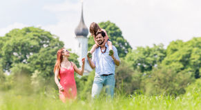 Família que anda no prado que tem a caminhada Imagem de Stock Royalty Free