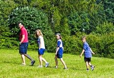 Família que anda nos montes Fotografia de Stock