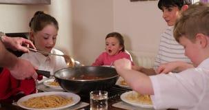 Família que aprecia Bolonhês em casa vídeos de arquivo