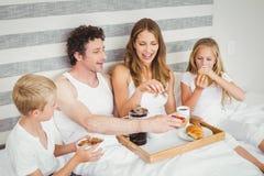 Família que aprecia o café da manhã na cama fotos de stock