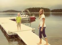 Família que aprecia o dia em um lago pitoresco Fotos de Stock Royalty Free
