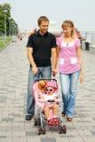 Família que aprecia o dia para fora Imagem de Stock Royalty Free
