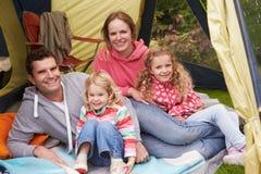 Família que aprecia o feriado de acampamento no acampamento fotografia de stock