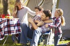 Família que aprecia o feriado de acampamento no campo Imagem de Stock