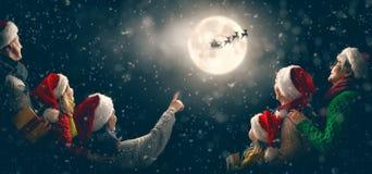 Família que aprecia o Natal foto de stock royalty free