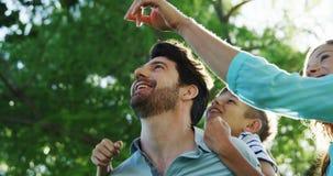 Família que aprecia o tempo junto no parque filme