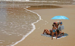 Família que aprecia a praia Foto de Stock Royalty Free