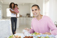 Família que aprecia a refeição junto em casa foto de stock