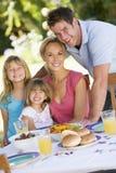 Família que aprecia um assado fotografia de stock royalty free