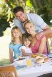 Família que aprecia um assado fotografia de stock