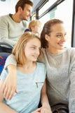 Família que aprecia a viagem do ônibus junto Fotos de Stock Royalty Free