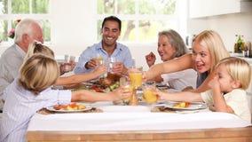 Família que aumenta seus vidros no jantar da família vídeos de arquivo