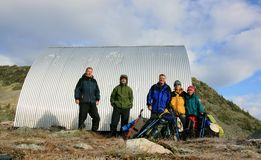 Família que Backpacking na cabana de Himmelsbach Imagem de Stock Royalty Free