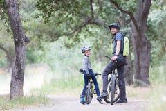 Família que biking no parque Imagens de Stock Royalty Free
