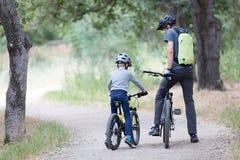 Família que biking no parque Fotos de Stock