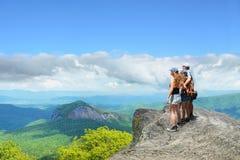Família que caminha em montanhas do outono fotos de stock royalty free