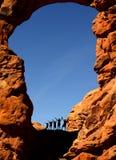 Família que caminha no parque nacional dos arcos Fotografia de Stock Royalty Free