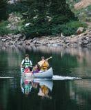 Família que Canoeing no lago Fotos de Stock Royalty Free