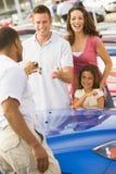 Família que coleta o carro novo fotografia de stock royalty free