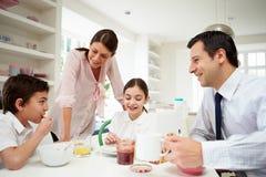 Família que come o café da manhã Foto de Stock