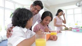 Família que come o café da manhã antes do pai Leaves For Work filme