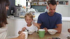 Família que come o café da manhã na cozinha junto vídeos de arquivo