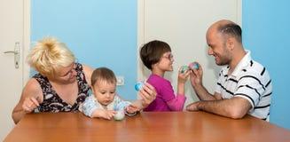 Família que come o café da manhã no dia da Páscoa fotografia de stock royalty free