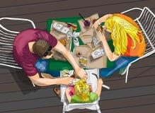 Família que come o fast food exterior Foto de Stock