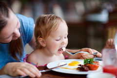 Família que come o pequeno almoço fotografia de stock royalty free
