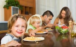 Família que come os espaguetes Foto de Stock Royalty Free