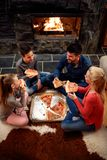 Família que come a pizza junto, vista aérea foto de stock