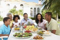 Família que come uma refeição do fresco do Al fotografia de stock