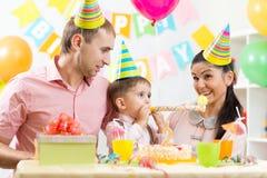 Família que comemora o aniversário da criança Fotos de Stock