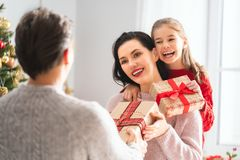 Família que comemora o Natal foto de stock