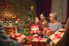 Família que comemora o Natal fotografia de stock royalty free