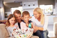 Família que comemora a Páscoa em casa imagens de stock