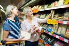 Família que compra o alimento Imagem de Stock Royalty Free