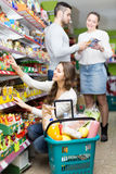 Família que compra o alimento Foto de Stock Royalty Free