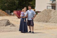 Família que constrói uma casa - bens imobiliários imagem de stock