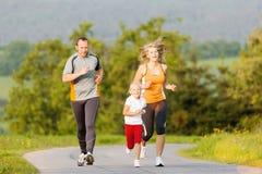 Família que corre para o esporte fora fotografia de stock
