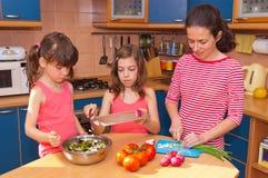 Família que cozinha em casa Fotos de Stock