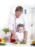 Família que cozinha junto Fotografia de Stock Royalty Free